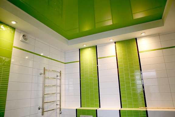 Установка потолка в ванной комнате